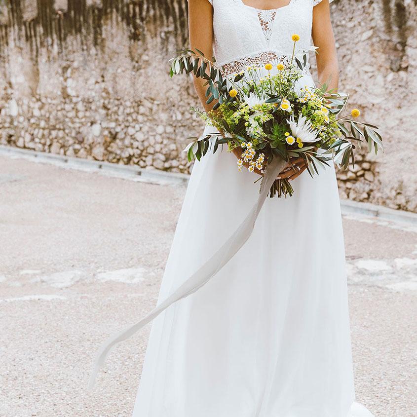 Mazzo da sposa spettinato con ulivo e succulente