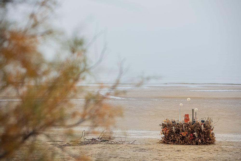 Shooting autunnale in una spiaggia selvaggia