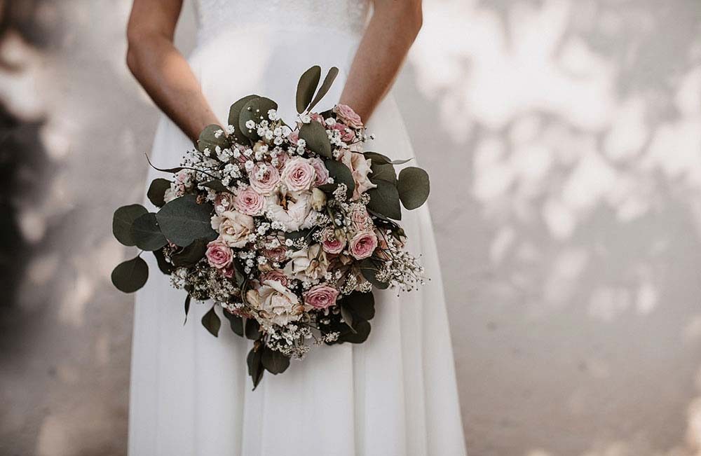 Mazzo da sposa con rose ed eucalipto