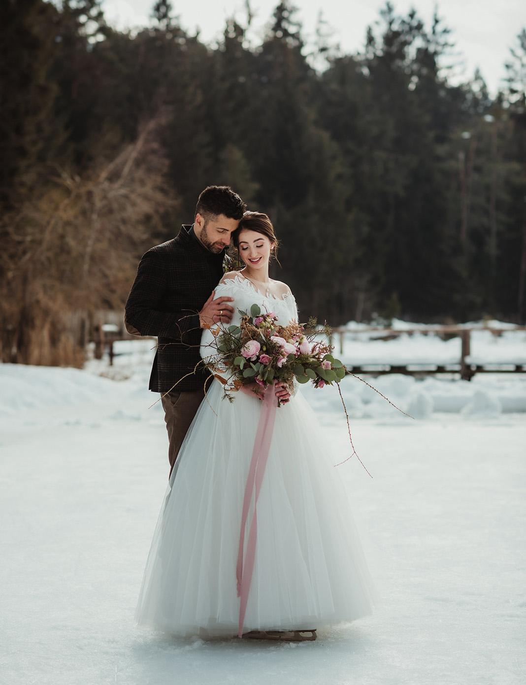 Romantico matrimonio invernale con mazzo sui toni del rosa antico