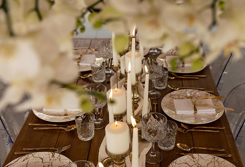 menù e table setting bianco avorio e oro
