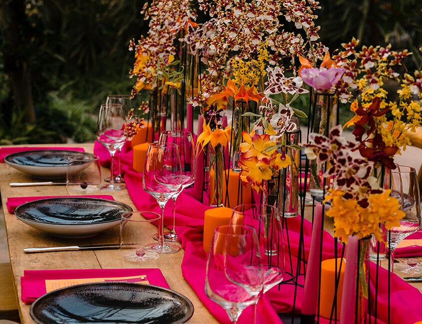 Decorazione floreale della tavola per un matrimonio colorato e moderno