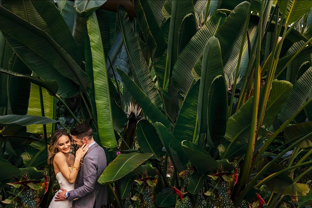 Coppia sposi matrimonio a tema tropicale