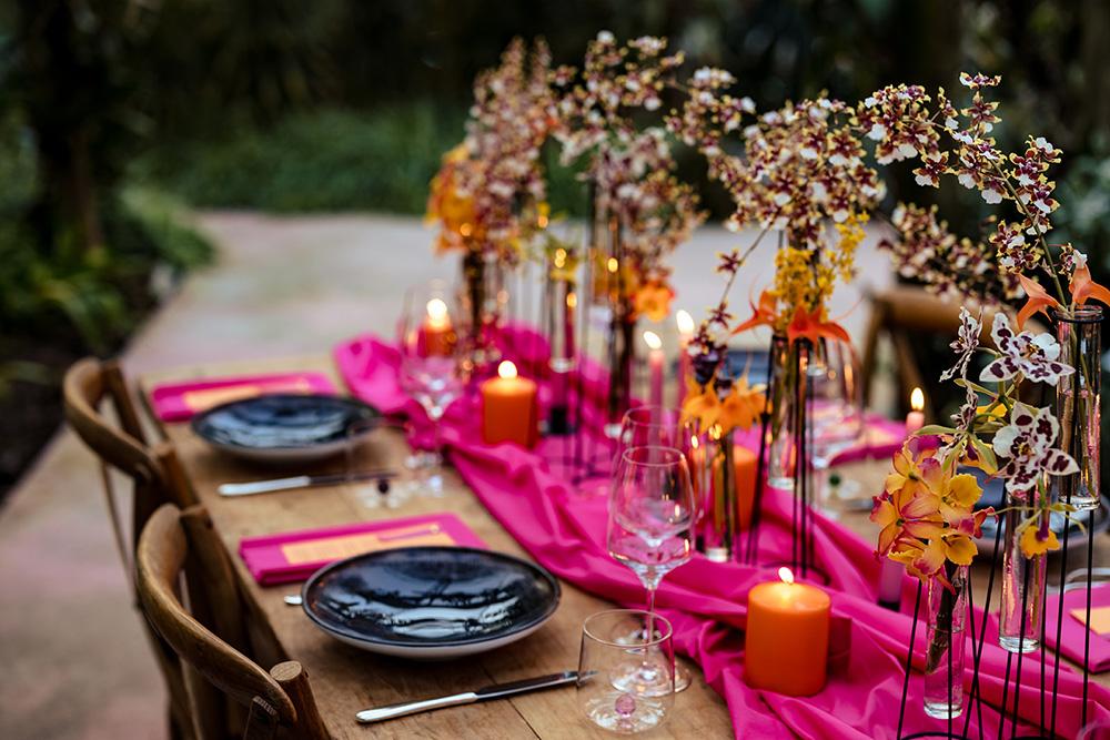 Table setting per un matrimonio colorato e moderno
